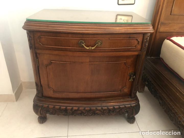Antigüedades: Conjunto de habitacion del siglo XIX en madera de nogal. Cama entera, dos mesitas de noche y comoda - Foto 2 - 218572046