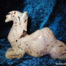 Antigüedades: ANTIGUA FIGURA CAMELLO TALLADO EN PIEDRA. Lote 218590672