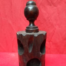 Antigüedades: VIEJO POSAVASOS VERTICAL DE MADERA. Lote 218639320