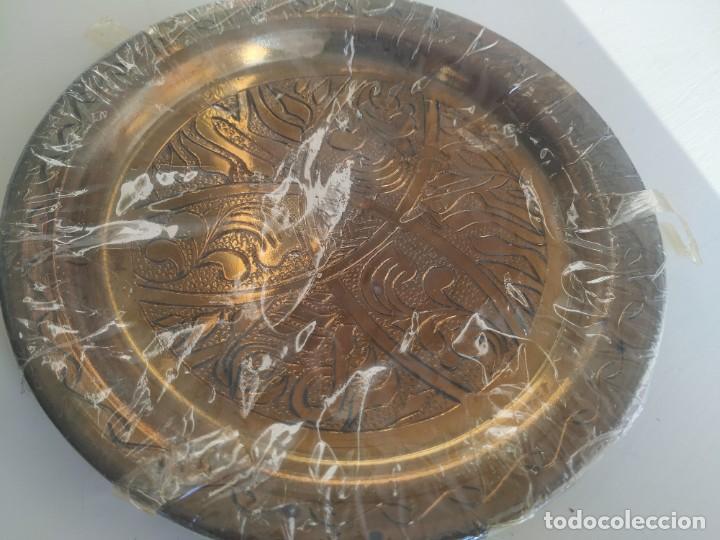 Antigüedades: Pequeño plato de latón o bronce labrado, grabado. Motivos árabes. Diámetro 19,5 cm. Nuevo - Foto 2 - 218644936