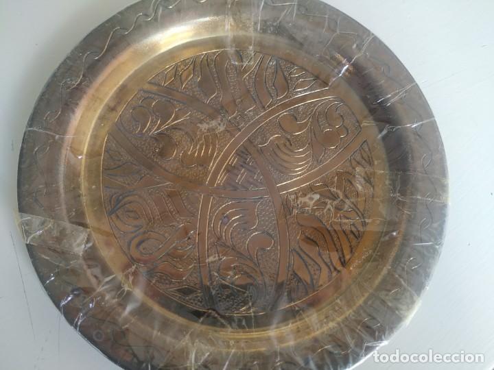 Antigüedades: Pequeño plato de latón o bronce labrado, grabado. Motivos árabes. Diámetro 19,5 cm. Nuevo - Foto 4 - 218644936