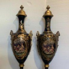 Antigüedades: PAREJA DE JARRONES ESTILO SEVRES EN PORCELANA ESMALTADA. Lote 218660447