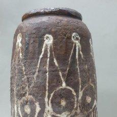 Antigüedades: MAGNÍFICO JARRÓN FIRMADO MADOLA: TIERRA Y PLOMO. Lote 218686665