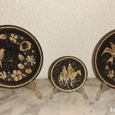 Antigüedades: CONJUNTO DE PLATOS EN ORO DAMASQUINADO. Lote 218718393