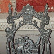 Antigüedades: PLACA DECORATIVA CON SOPORTE PARA QUINQUÉ. Lote 218731783