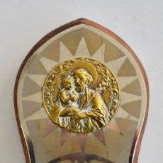 Antigüedades: BONITA BENDITERA. SAN JOSÉ Y NIÑO JESÚS. METAL, MADERA Y CRISTAL TALLADO. EN BUEN ESTADO. Lote 218739718