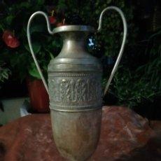 Antigüedades: ANTIGUO JARRÓN DE ALTAR METAL PLATEADO SIGLO XIX. Lote 218746243