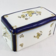 Antigüedades: CAJA EN PORCELANA VITRIFICADA CARL TEICHERT, 1000 AÑOS CIUDAD MEISSEN. 1929 - PORCELAIN BOX. Lote 218768538