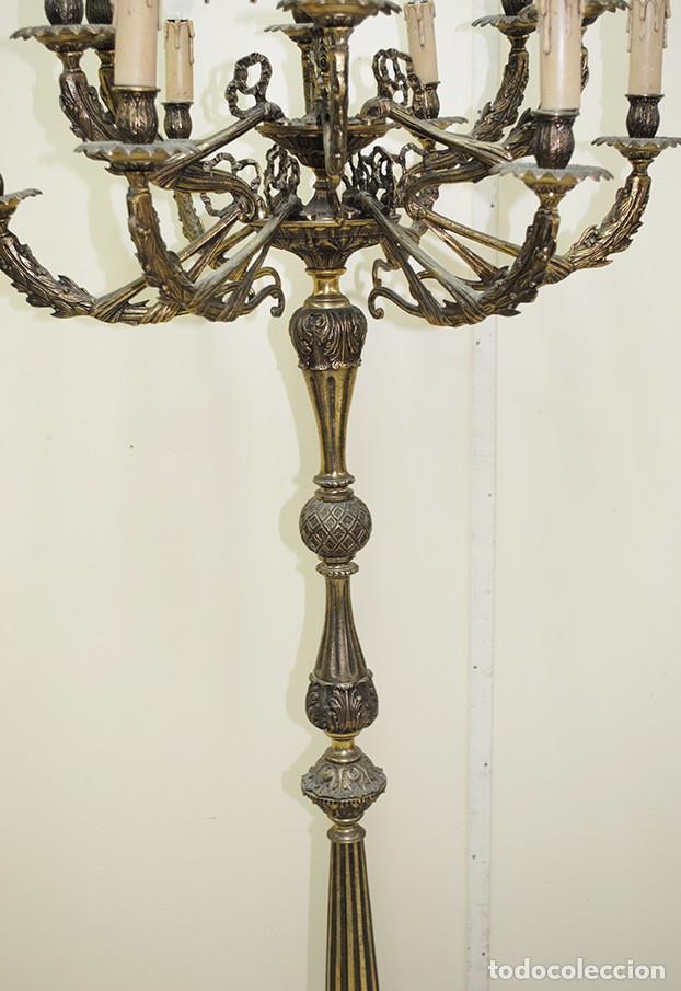 Antigüedades: CANDELABRO ANTIGUO DE PIE EN BRONCE DORADO CON 13 LUCES - Foto 3 - 218774840