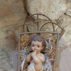 Antigüedades: NIÑO JESUS EN LA CUÑA DE ESTUCO OLOT OJOS DE CRISTAL. Lote 218781382