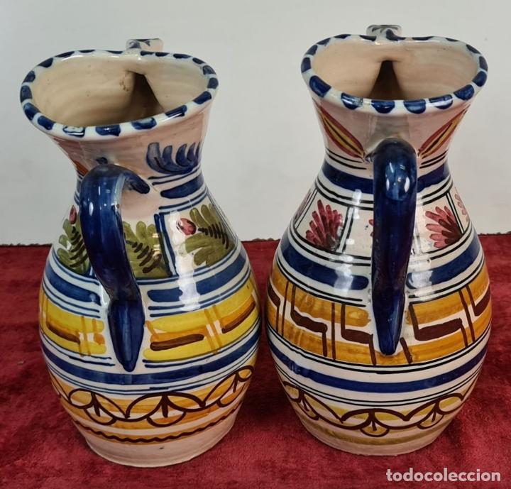 Antigüedades: PAREJA DE JARRAS. CERÁMICA ESMALTADA. DECORADA A MANO. TALAVERA. SIGLO XX. - Foto 2 - 218782551