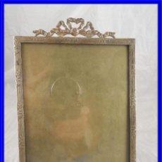 Antigüedades: MARCO DE FOTOS ANTIGUO DE BRONCE CON COPETE DE GUIRNALDA. Lote 218792386