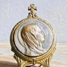 Antigüedades: MINI CABALLETE DE CALAMINA LATONADA CON RETRATO DE LA VIRGEN MARCO DORADO TRIPODE SOPORTE CON PLACA. Lote 68244621