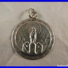 Antigüedades: MEDALLA ANTIGUA DE LA VIRGEN DE PLATA CUSTODIADA POR ANGELES. Lote 218861927