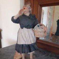 Antiquités: FIGURA DE ALGORA - VENDEDORA DE CACHARROS. Lote 218868572