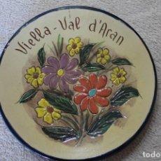 Antigüedades: PLATO BAJO RELIEVE VIELLA VAL D'ARAN VALL D'ARAN PARA COLGAR. Lote 252747120