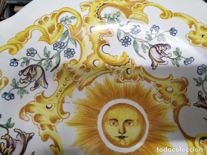 Antigüedades: PRECIOSO PLATO DE CERÁMICA DE ALCORA . 36,5 CM . VALENCIA. TODO UNA JOYA!!!! - Foto 2 - 218947180