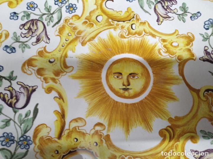 Antigüedades: PRECIOSO PLATO DE CERÁMICA DE ALCORA . 36,5 CM . VALENCIA. TODO UNA JOYA!!!! - Foto 3 - 218947180
