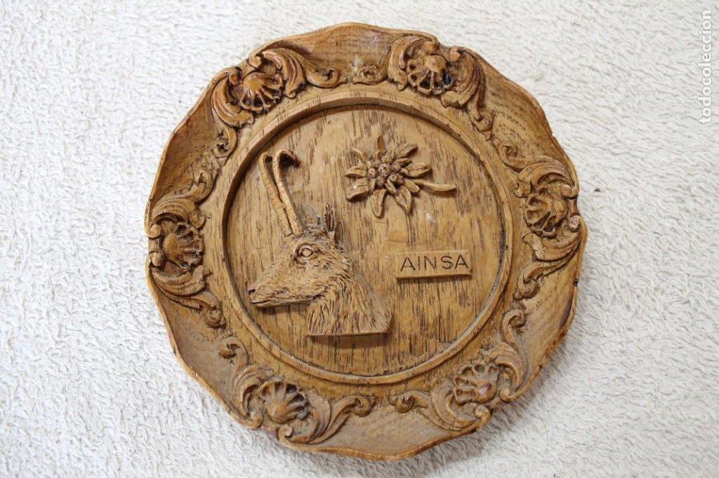 PLATO ENRELIEVE AINSA PARA COLGAR (Antigüedades - Hogar y Decoración - Platos Antiguos)