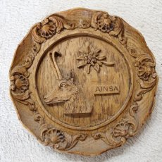 Antigüedades: PLATO ENRELIEVE AINSA PARA COLGAR. Lote 218958133