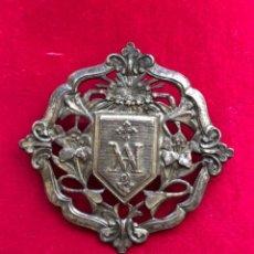Antigüedades: ANTIGUO BROCHE DE METAL CON AVE MARÍA, AZUCENAS, FLOR DE LIS. IDEAL AGUAR VIRGEN DEL CARMEN.. Lote 218985192