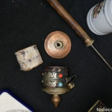 Antigüedades: ROSARIO.. PERGAMINO... REZO.. TIBETANO.. CON TURQUESA Y CORAL ROJO.. METAL TY MADERA... Lote 218991407