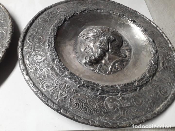 Antigüedades: platos repujados - Foto 3 - 219003473