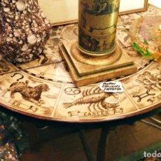 Antigüedades: MESA AUXILIAR MADERA PLEGABLE ESTILO FORNASETTI. Lote 219019302