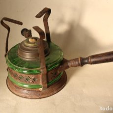 Antigüedades: INFERNILLO ANTIGUO CON MANGO DE MADERA Y CRISTAL VERDE. Lote 219034651