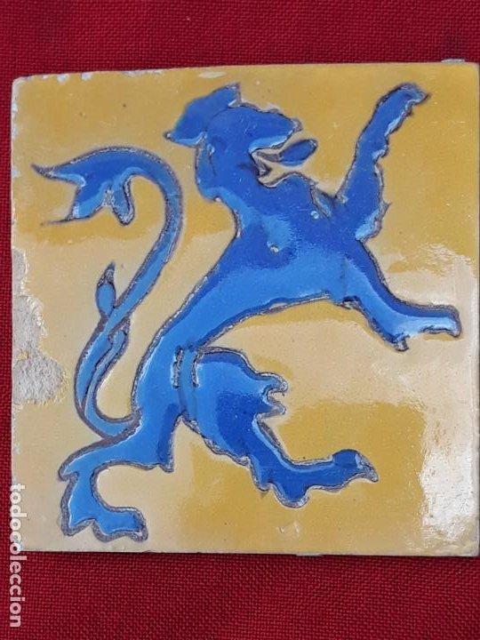 Antigüedades: AZULEJO: 14 X 13,5 X 1,2 CMS. ANTIGUO DE MENSAQUE - TRIANA / SEVILLA - ARISTA - LEON RAMPANTE. - Foto 2 - 219078661