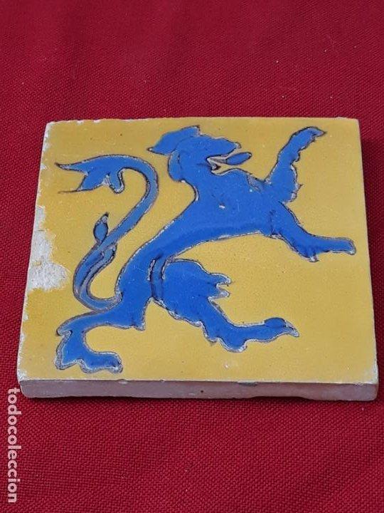 AZULEJO: 14 X 13,5 X 1,2 CMS. ANTIGUO DE MENSAQUE - TRIANA / SEVILLA - ARISTA - LEON RAMPANTE. (Antigüedades - Porcelanas y Cerámicas - Triana)