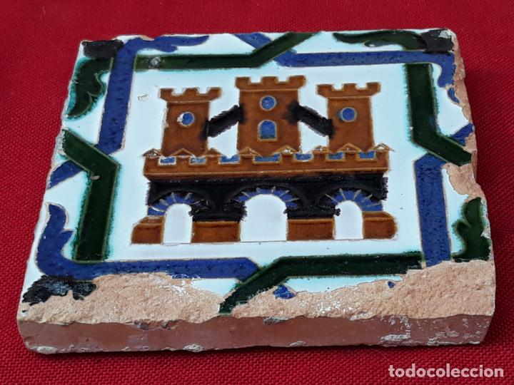 Antigüedades: AZULEJO ANTIGUO DE TRIANA / SEVILLA - ARISTA - CASTILLO TRES TORRES. 13,8 X 13,6 X 1,5 CMS. - Foto 2 - 219080223