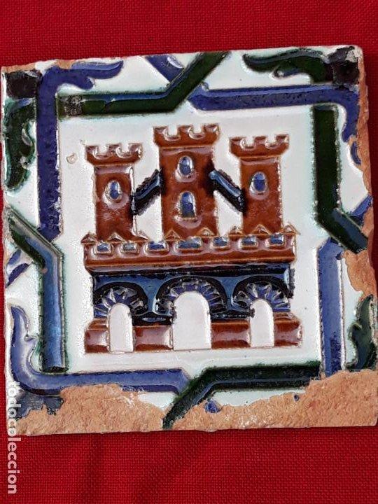 AZULEJO ANTIGUO DE TRIANA / SEVILLA - ARISTA - CASTILLO TRES TORRES. 13,8 X 13,6 X 1,5 CMS. (Antigüedades - Porcelanas y Cerámicas - Triana)