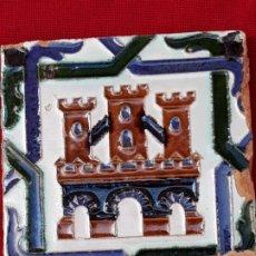 Antigüedades: AZULEJO ANTIGUO DE TRIANA / SEVILLA - ARISTA - CASTILLO TRES TORRES. 13,8 X 13,6 X 1,5 CMS.. Lote 219080223