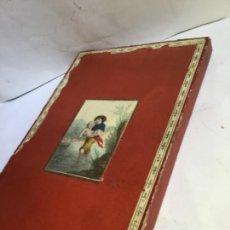 Antigüedades: ANTIGUO ESTUCHE- CAJA DE MANTON O MANTILLA - SIGLO XIX - DECORACION DE ESCENA DE EPOCA. Lote 219119158