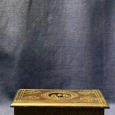 Antiquités: CAJA MADERA ROBLE TALLADA BRETAÑA FRANCIA BARROTES SELLO PPIO S XX 6X12X18CMS. Lote 219119807