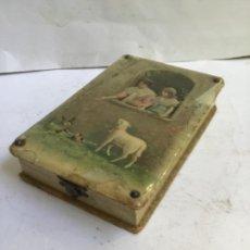 Antigüedades: ANTIGUA CAJA COSTURERO MODERNISTA , CON UTENSILLOS DE HUESO TALLADO EN EL INTERIOR , 1900. Lote 219120153