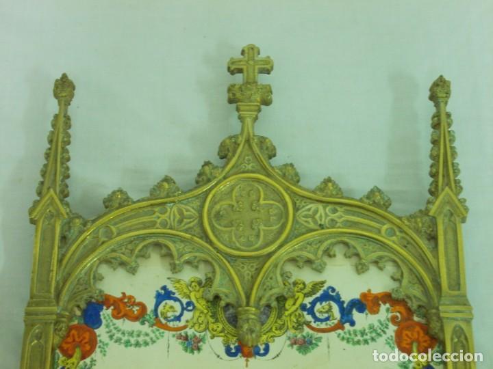 Antigüedades: ANTIGUO MARCO DE BRONCE PARA SACRAS DE ESTILO NEOGOTICO CON GRABADO ILUMINADO - Foto 8 - 219149597