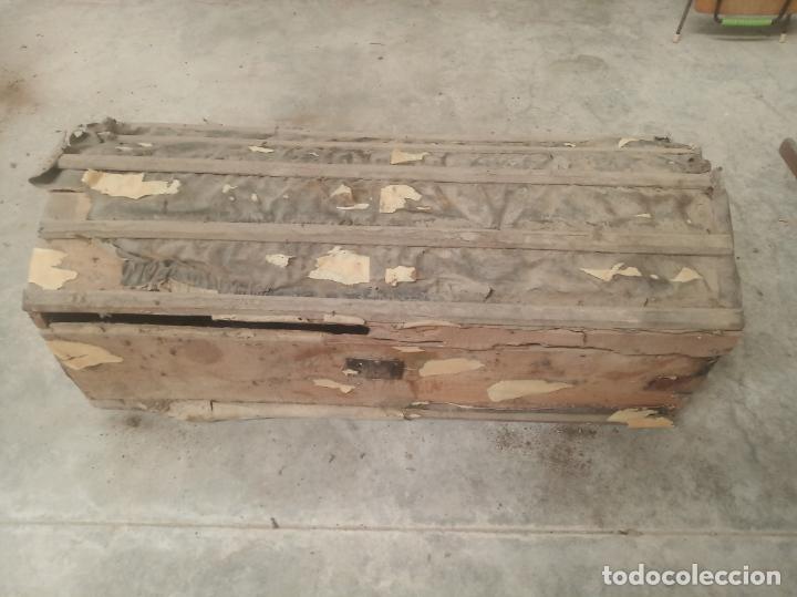 Antigüedades: Antiguo baúl en madera y piel lleno de correajes de cuero o piel. Siglo XVIII. - Foto 2 - 219216937