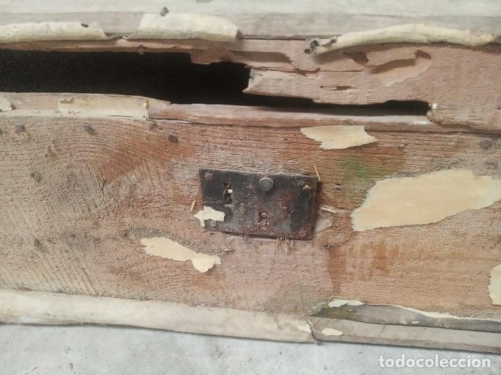 Antigüedades: Antiguo baúl en madera y piel lleno de correajes de cuero o piel. Siglo XVIII. - Foto 3 - 219216937