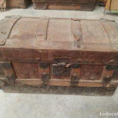 Antigüedades: PEQUEÑO Y ANTIGUO BAÚL EN MADERA Y CHAPA. CON CERRADURA. SIGLO XIX.. Lote 219217262