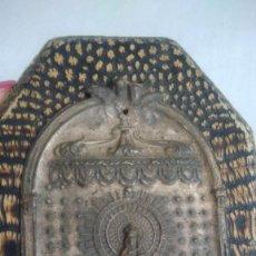Antigüedades: ANTIGUA CHAPA DE METAL RELIEVE DE LA VIRGEN DEL PILAR. Lote 219240928