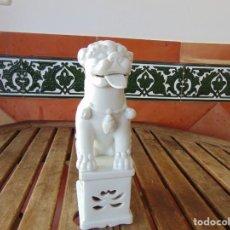 Antigüedades: PERRO, LEON,DRAGON, FO FOO FU EN CERÁMICA ESMALTADA EN BLANCO. Lote 219263256
