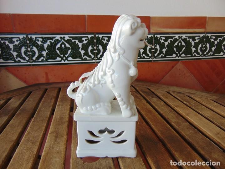 Antigüedades: PERRO, LEON,DRAGON, FO FOO FU EN CERÁMICA ESMALTADA EN BLANCO - Foto 2 - 219263256