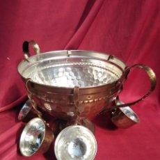 Antigüedades: PONCHERA CON SEIS CAZOS, (TAMBIÉN PARA QUEIMADA) DE METAL POR SÓLO CINCUENTA EUROS. Lote 219286856