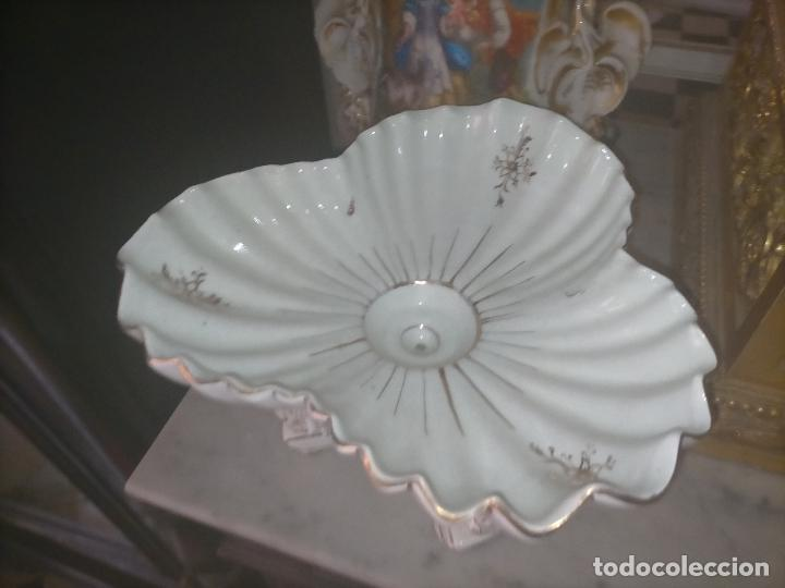 Antigüedades: ceramica baño filos oro , centro de mesa frutero, para reparar patas pegadas 27 x 18,2 - Foto 11 - 219313695