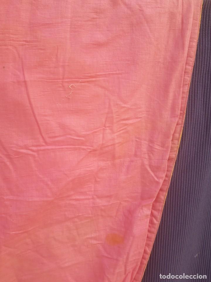 Antigüedades: Capa pluvial, con capillo y broche metalico, en seda adamascada hacia 1900 o anterior. - Foto 2 - 219328548