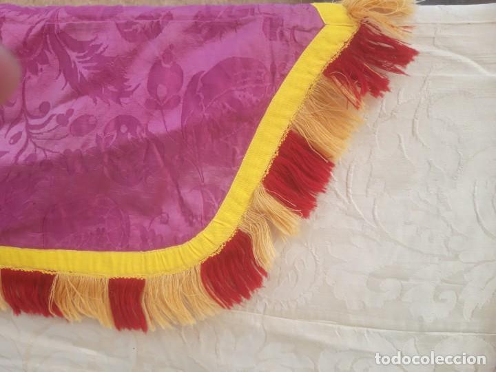 Antigüedades: Capa pluvial, con capillo y broche metalico, en seda adamascada hacia 1900 o anterior. - Foto 10 - 219328548