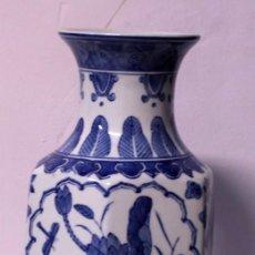 Antigüedades: JARRÓN DE PORCELANA AZUL Y BLANCA, 35,5CM. Lote 219401433