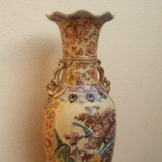 Antigüedades: GRAN JARRÓN DE PORCELANA CHINA, DECORACIÓN ORIENTAL PINTADO A MANO, RELIEVE Y DETALLES EN ORO, 61 CM. Lote 219431933